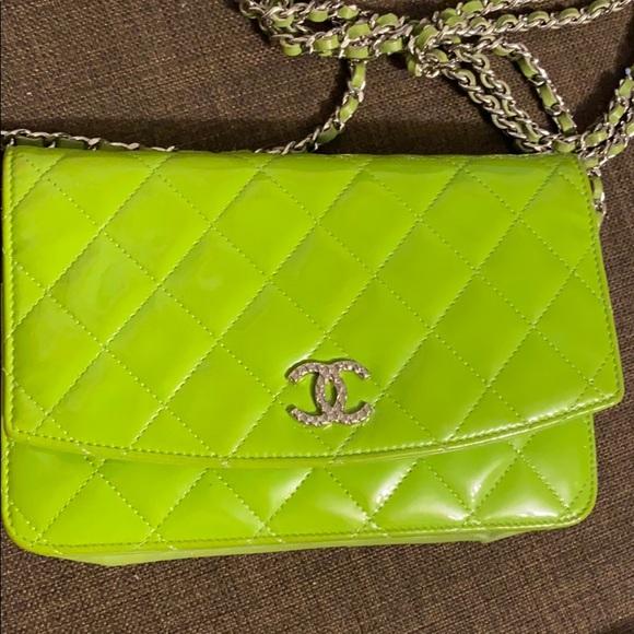 CHANEL Handbags - Chanel crossbody bag with chain